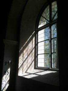 Solljus genom kyrkfönster