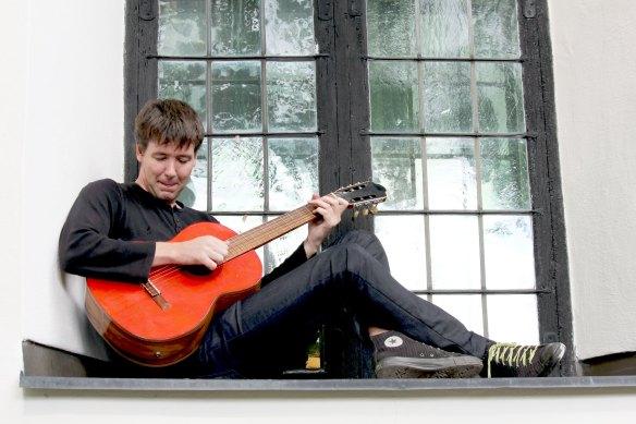 Stefan Jämtbäck spelar gitarr